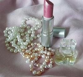 Perlenkette mit Lippenstift und Parfum