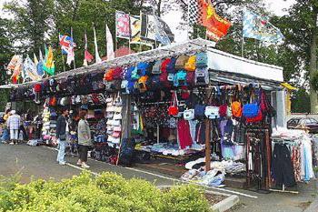Asiamarkt mit Angeboten von Schmuck, Mode und Parfums