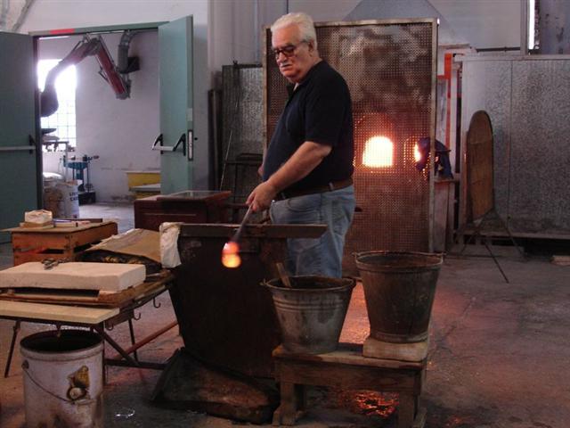 Murano Glasblaeser bei der Arbeit
